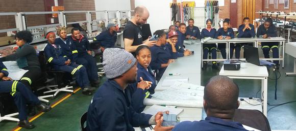 Elektrotechnikermeister Martin Wurm mit Schüler*innen des Ekurhuleni East TVET College in Südafrika. Foto:©GIZ/Andrei Leporda