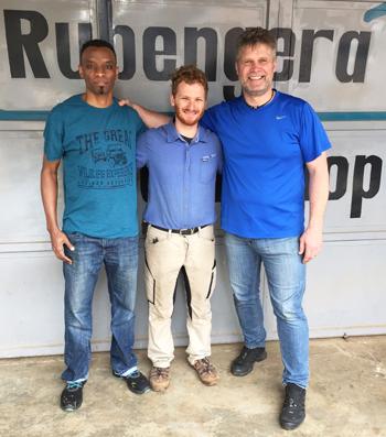 Ein starkes Team: Japhet Dufitumukiza und Uwe Mäusgeier mit dem Technischen Berater der Rubengera Technical Secondary School Ruprecht Manz. Foto:©GIZ/Uwe Mäusgeier