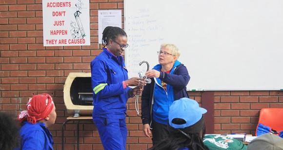 Brigitte Schlichtung erklärt einer Teilnehmerin, worauf sie beim Einbau von Armaturen achten sollte. Foto:©LanceLedingham
