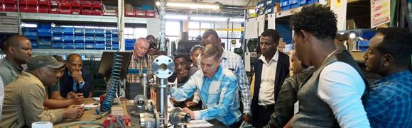 Geschäftsführer Valeri Najba der Firma Otto Rimmelspacher Apparatebau GmbH erläutert den Einsatz eines Bauteils für hydraulische Anwendungen. Foto:GIZ/Bärbel Heiser