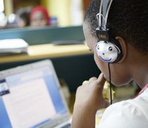 Eine Schülerin in Tansania absolviert ein Webtraining. Foto:©GIZ/DirkOstermeier