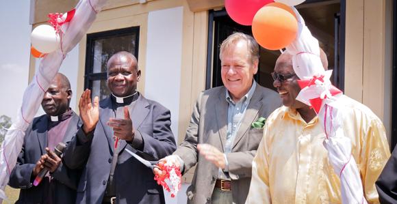 """Pater Joseph Bigirwa, Botschafter Dr. Conze und der Berater des ugandischen Präsidenten für Öl und Gas eröffnen das """"House of Africa"""". Foto:©GIZ/DennisOnen"""