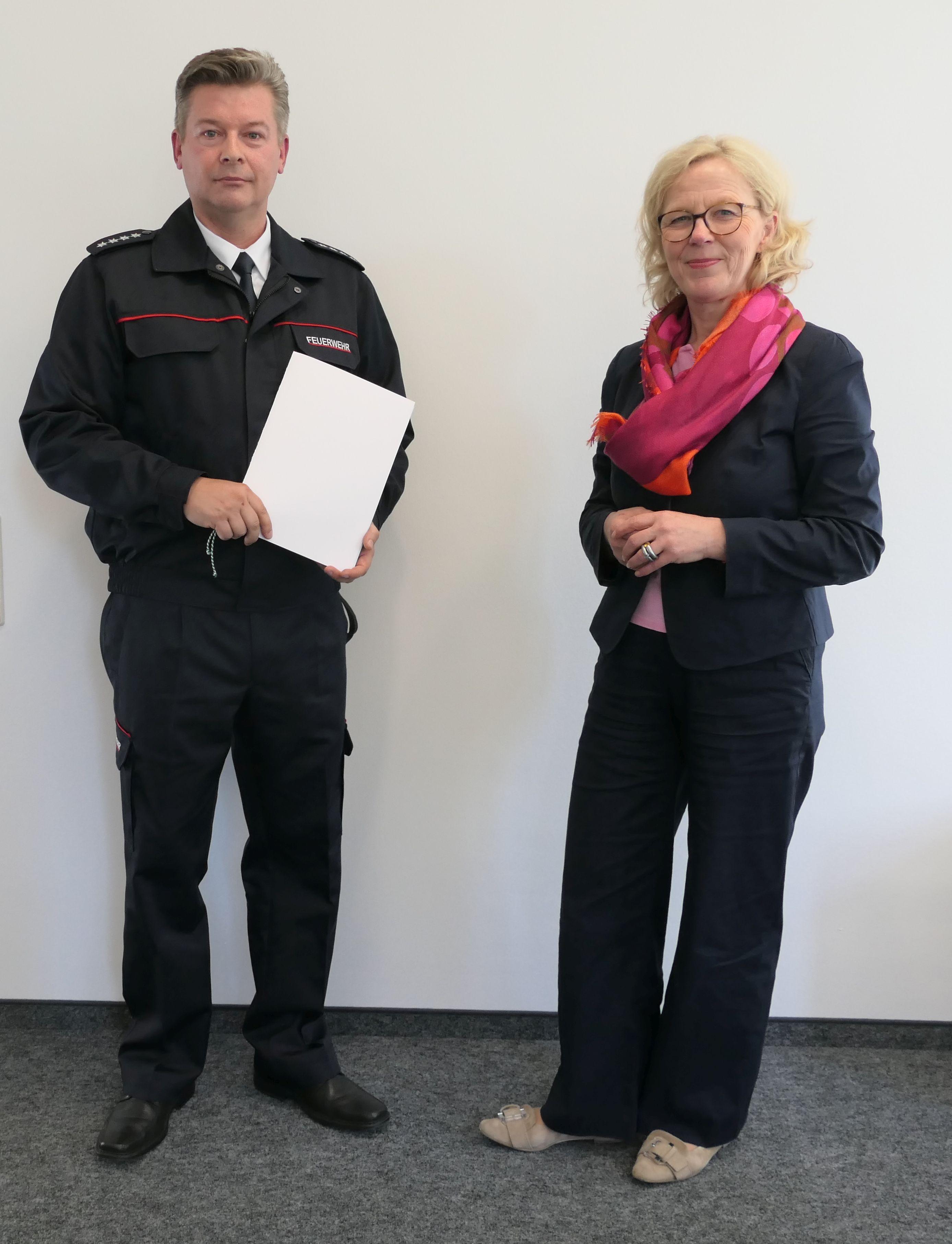 Der neue Bezirksbrandmeister Dirk Hartmann mit der Päsidentin der LDS, Regina Kraushaar