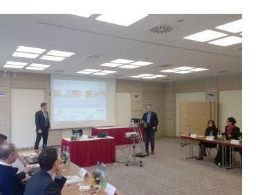 Philipp Kersebohm, Projekt eBauen und Michael Heil, Projekt eMasterCraft präsentieren die Ergebnisse der Arbeitsgruppe im Arbeitsforum