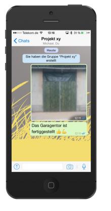 Kurznachricht auf dem Smartphone vom Baustellenmitarbeiter