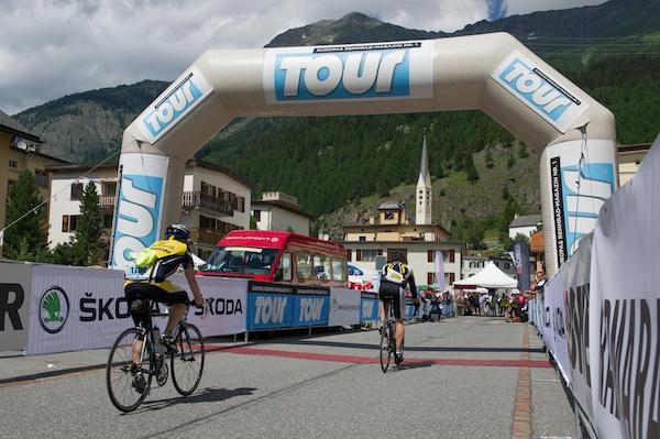 Geschafft: Wer nach 97 oder 211 Kilometern ins Ziel des Engadin Radmarathon einrollt, kann sich feiern lassen. Foto: Uwe Geissler